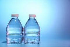 Zwei Flaschen Wasser Lizenzfreie Stockfotos