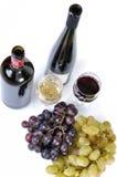 Zwei Flaschen Wein mit zwei Gläsern   Stockbild