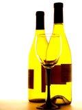 Zwei Flaschen Wein und Glas Lizenzfreie Stockfotos