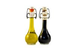 Zwei Flaschen Weinessig und Olivenöl Stockfotos