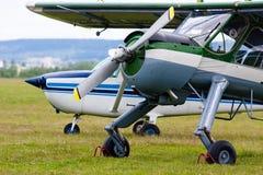 Zwei Flugzeuge auf dem Flugplatz Stockfotos