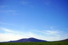 Zwei Flugzeuge, die zum großen Berg fliegen Stockbild