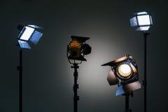 Zwei Flutlichter mit Halogen Lampen und Fresnellinse und zwei führten Beleuchtungsgerät Schießen im Innenraum auf einem grauen Hi Lizenzfreie Stockbilder