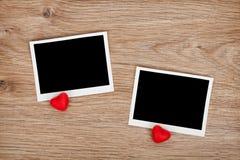 Zwei Fotorahmen und kleine rote Süßigkeitsherzen Lizenzfreies Stockfoto