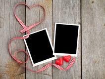 Zwei Fotorahmen und kleines rotes Süßigkeitsherz Stockbilder