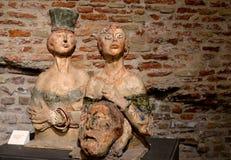 Zwei Frau und Kopf des Mannes - Skulptur im Museum Stockbild
