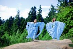 Zwei Frau, Zwillinge im Wald Stockfotos