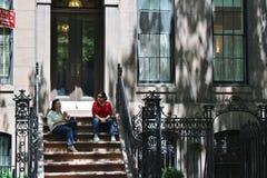 Zwei Frauen auf einem Treppenhaus Stockbilder