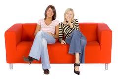 Zwei Frauen auf einer Couch Stockfotografie