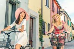Zwei Frauen auf Fahrrädern stockbilder