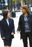 Zwei Frauen auf Stadtbürgersteig Stockfotos