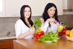 Zwei Frauen bereiten das Abendessen vor Stockbilder