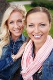 Zwei Frauen in den Jeansjacken Stockfoto
