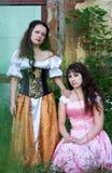 Zwei Frauen in den Weinlesekleidern Lizenzfreie Stockfotos