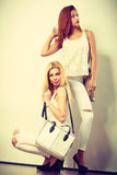 Zwei Frauen in der weißen Kleidung mit Taschenhandtaschen Lizenzfreies Stockfoto
