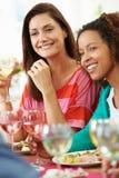 Zwei Frauen, die am Abendessen sich entspannen Lizenzfreie Stockfotografie