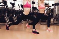 Zwei Frauen, die aerobe Übungen an der Turnhalle tun Sie schauen glücklich geeignet, modern und Lizenzfreies Stockfoto