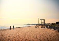 Zwei Frauen, die auf den Strand gehen lizenzfreies stockbild