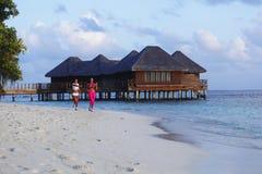 Zwei Frauen, die auf Strand laufen Lizenzfreie Stockfotografie