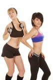 Zwei Frauen, die Eignungskleidung aufwerfen stockbild