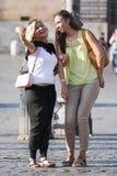 Zwei Frauen, die ein selfie mit Telefon tuend lächeln stockbilder