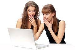 Zwei Frauen, die an einem Laptop arbeiten stockfotos