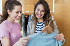 Zwei Frauen, die in einer Butike kaufen Stockbild