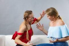 Zwei Frauen, die haben, argumentieren Kampf lizenzfreies stockbild