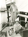 Zwei Frauen, die heraus mit ihrem Maskottchen segeln Lizenzfreie Stockfotos