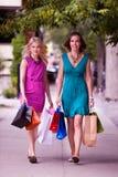 Zwei Frauen, die hinunter Straße gehen Stockbild