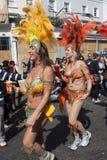 Zwei Frauen, die innen am Notting- Hillkarneval tanzen Stockfotografie