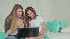 Zwei Frauen, die Laptop verwenden stock video