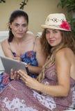Zwei Frauen, die mit Tablette arbeiten Stockbild
