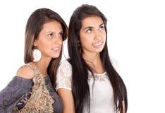 Zwei Frauen, die oben schauen Stockbilder