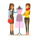Zwei Frauen, die rosa Kleid auf Attrappe, das Teil Leute verwenden herstellend und Designer Professional Service Set des Vektors  Lizenzfreie Stockfotos