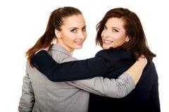 Zwei Frauen, die sich umfassen Stockbilder