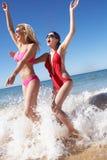 Zwei Frauen, die Strand-Feiertag genießen Lizenzfreies Stockfoto