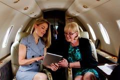 Zwei Frauen, die Tablette betrachten Stockfotos