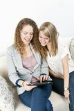 Zwei Frauen, die Tablettecomputer verwenden Lizenzfreies Stockfoto