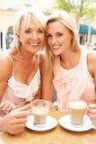 Zwei Frauen, die Tasse Kaffee genießen Lizenzfreie Stockfotos