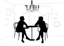 Zwei Frauen, die am Tisch im Café sprechen Stockbild
