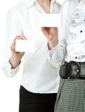 Zwei Frauen, die unbelegte Abzeichen zeigen Stockfotos