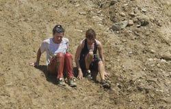 Zwei Frauen, die unten auf eine steile Steigung gehen Stockfotos