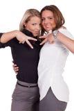 Zwei Frauen, die V-Zeichen machen Stockbilder