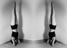 Zwei Frauen, die Yoga tun, bringen ein vor dem anderen in Position Lizenzfreie Stockfotos