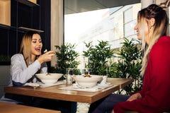 Zwei Frauen, die zu Mittag essen Stockfoto