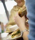 Zwei Frauen, die zu Mittag essen Stockfotos