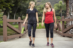 Zwei Frauen, die zusammen gehen und ausarbeiten Stockfoto