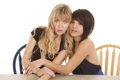 Zwei Frauen, die zusammen sitzen stockbilder