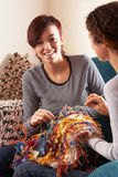 Zwei Frauen, die zusammen zu Hause stricken Stockfotos